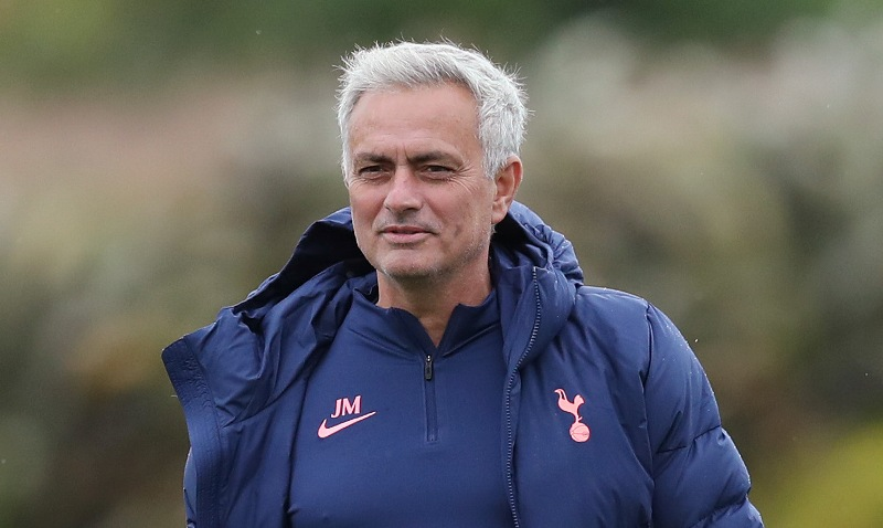 https: img.okezone.com content 2021 04 10 45 2392576 tottenham-vs-man-united-mourinho-sentil-solskjaer-soal-trofi-lrDWm4DBzJ.jpg