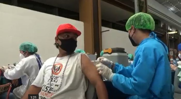 https: img.okezone.com content 2021 04 11 244 2392749 warga-bali-hingga-bule-berduyun-duyun-ikut-vaksin-covid-19-massal-di-mall-ZLB49tejhb.jpg
