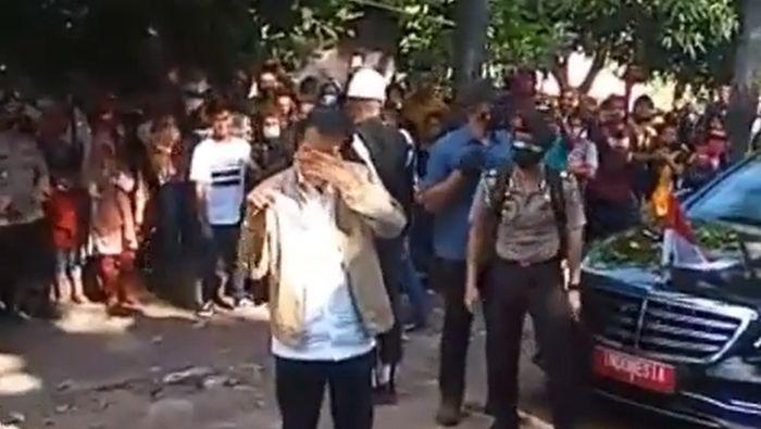https: img.okezone.com content 2021 04 11 337 2392730 ketika-presiden-jokowi-menangis-ketika-tiba-di-adonara-kabupaten-flores-timur-8gftD5ied6.jpg
