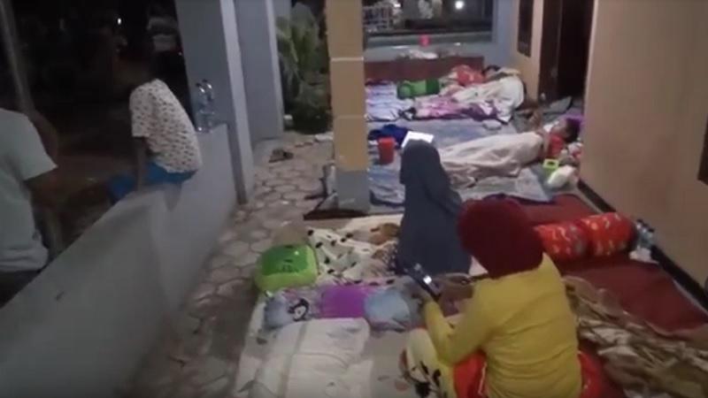 https: img.okezone.com content 2021 04 11 340 2392684 trauma-dan-takut-gempa-susulan-warga-majang-tengah-kabupaten-malang-tidur-di-teras-rumah-GUmDdtuM0X.jpg