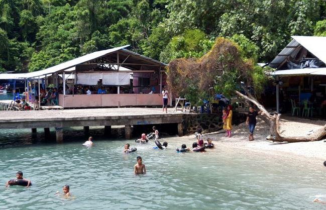 https: img.okezone.com content 2021 04 11 406 2392954 warga-ternate-padati-objek-wisata-pantai-jelang-ramadan-jL46O5Pw6L.JPG