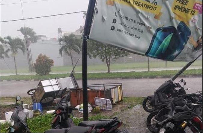 https: img.okezone.com content 2021 04 11 525 2392835 angin-kencang-dan-hujan-es-gemparkan-warga-bandung-F8gepAbS2V.JPG