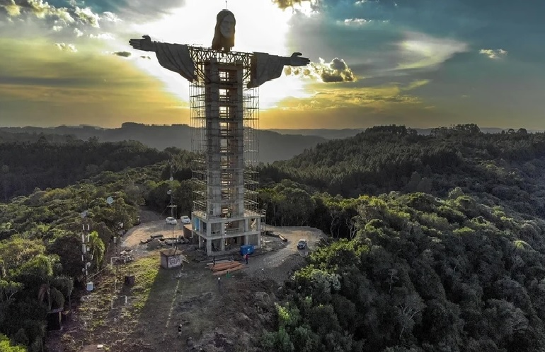 https: img.okezone.com content 2021 04 12 18 2393249 brasil-bangun-patung-yesus-raksasa-setinggi-43-meter-habiskan-dana-rp5-miliar-MjlDiJCZW6.jpg