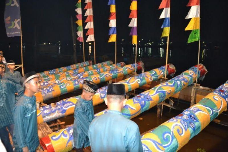 https: img.okezone.com content 2021 04 12 337 2393477 dentuman-meriam-bertalu-talu-meriahnya-sambut-ramadhan-di-zaman-penjajahan-6rKz1th1qb.jpg