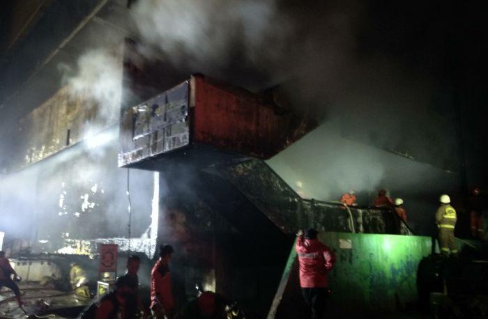 https: img.okezone.com content 2021 04 12 338 2393583 kebakaran-di-pasar-inpres-jaksel-padam-petugas-lakukan-pendinginan-hKVc1A24i0.jpg