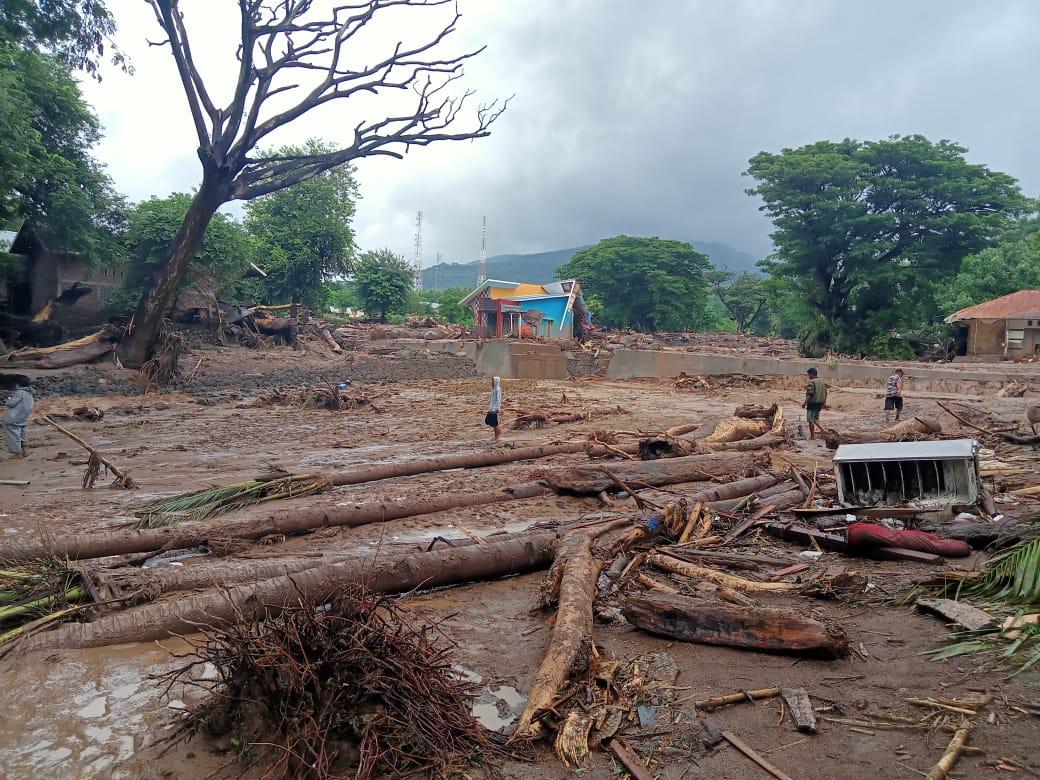 https: img.okezone.com content 2021 04 12 340 2393310 tak-ada-air-bersih-warga-korban-bencana-seroja-di-kupang-minum-air-hujan-MWNWiwHHqd.jpg