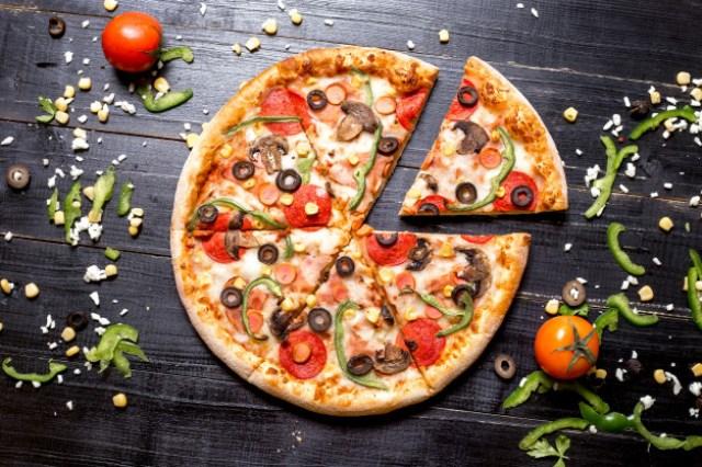 https: img.okezone.com content 2021 04 12 406 2393215 tak-puas-dengan-topping-pizza-pelanggan-ancam-tembak-pelayan-restoran-hb2oiq7Xjg.jpg