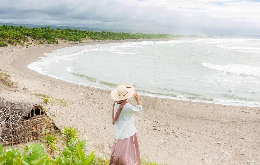 https: img.okezone.com content 2021 04 12 408 2393145 indahnya-pantai-sayang-heulang-wisata-ikonik-di-garut-selatan-SLioN4MVRq.JPG