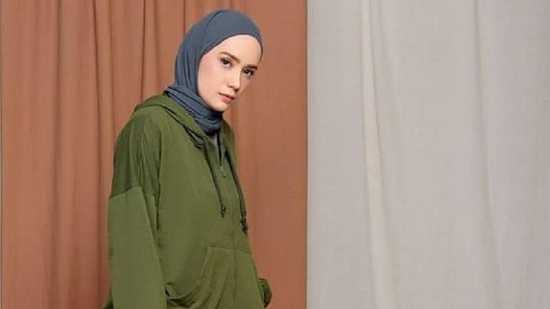 https: img.okezone.com content 2021 04 13 194 2394006 4-gaya-hijab-sporty-casual-ala-putri-anne-istri-arya-saloka-yang-cantik-h3FQrkQbml.jpg