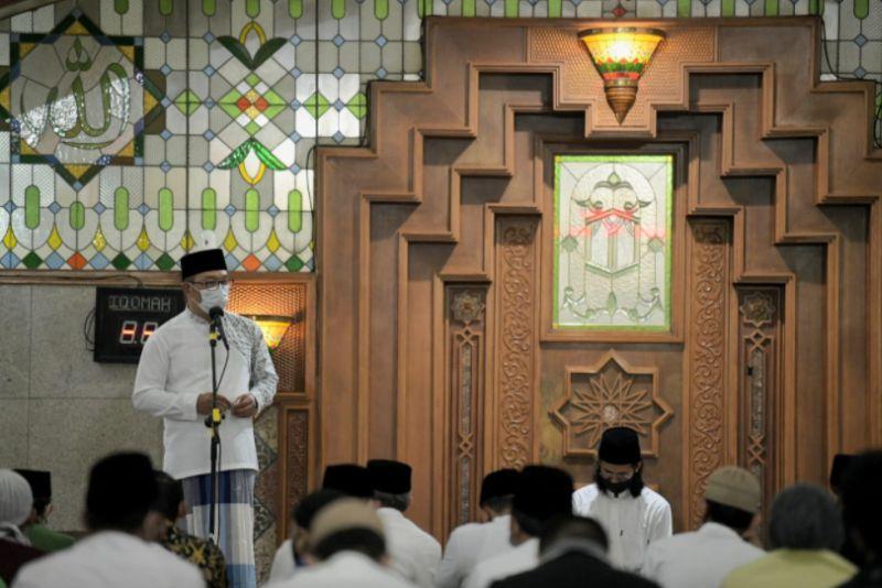 https: img.okezone.com content 2021 04 13 525 2393691 sholat-tarawih-perdana-ridwan-kamil-titip-agar-tradisi-takjil-tetap-ada-Iq9pNlA67y.jpg