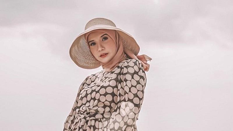 https: img.okezone.com content 2021 04 14 194 2394794 5-gaya-mix-and-match-hijab-dan-dress-ala-zaskia-sungkar-XEXKrf7AaN.jpg