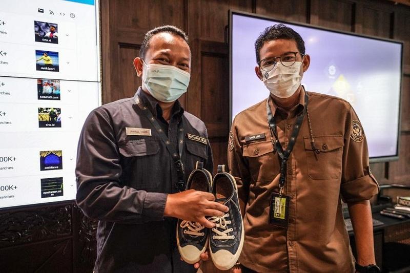 https: img.okezone.com content 2021 04 14 320 2394576 pegawai-protokolernya-tidak-bisa-mudik-sandiaga-uno-hadiahkan-sepatu-kesayangannya-WiXC08dV47.jpg