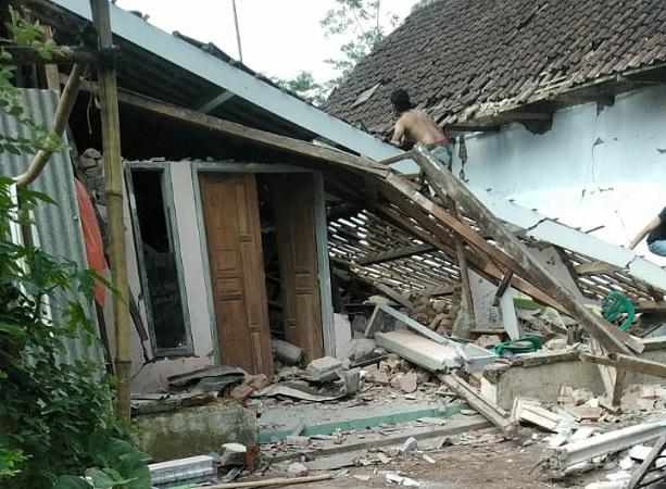 https: img.okezone.com content 2021 04 14 337 2394307 banyak-rumah-rusak-akibat-gempa-6-1-sr-di-malang-kepala-bmkg-karena-struktur-bangunan-buruk-djmnmi4mnq.jpg