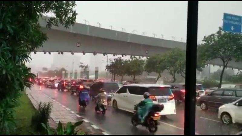 https: img.okezone.com content 2021 04 14 338 2394572 hujan-disertai-angin-kencang-di-jakarta-polisi-hati-hati-pohon-tumbang-DvTWeRU2fl.jpg