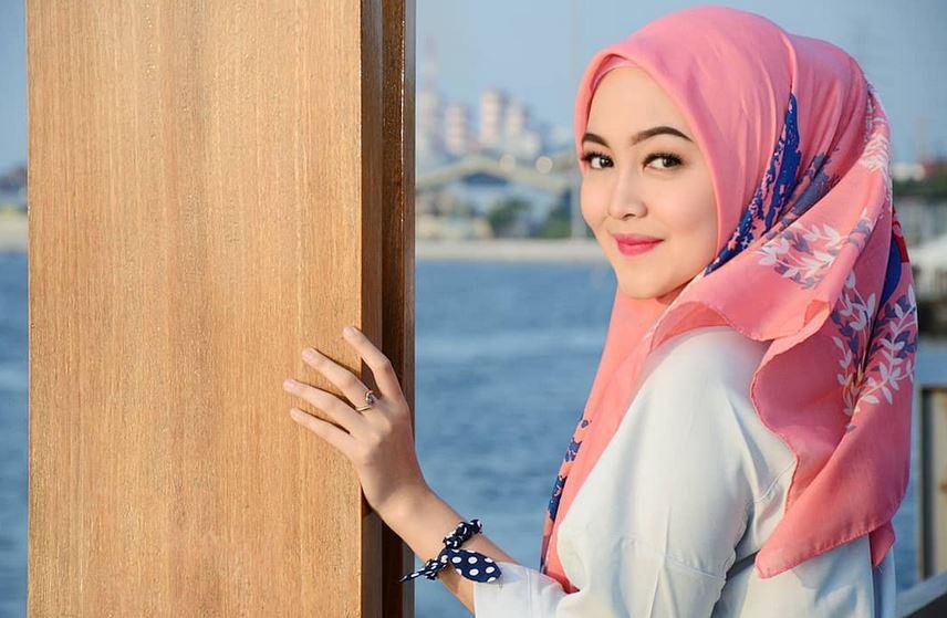 https: img.okezone.com content 2021 04 14 406 2394277 cantiknya-pramugari-suci-rahayu-dalam-balutan-hijab-netizen-bidadari-itu-nyata-TXJmTn9kOl.JPG