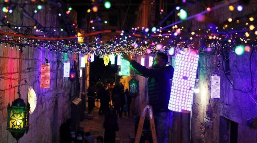 https: img.okezone.com content 2021 04 14 406 2394561 semarak-ramadhan-warga-palestina-hiasi-kota-yerusalem-dengan-lentera-warna-warni-XBmryibEOL.jpg