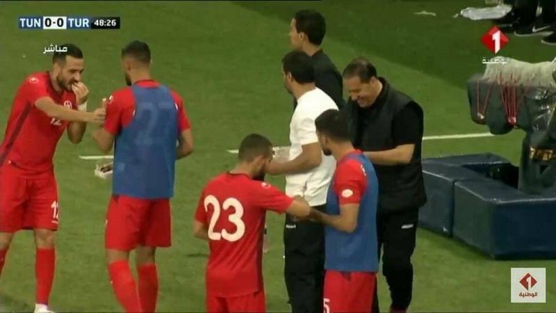 https: img.okezone.com content 2021 04 14 51 2394456 pura-pura-cedera-pas-adzan-maghrib-pemain-timnas-tunisia-buka-puasa-di-tengah-pertandingan-wW68WjgIR6.jpg