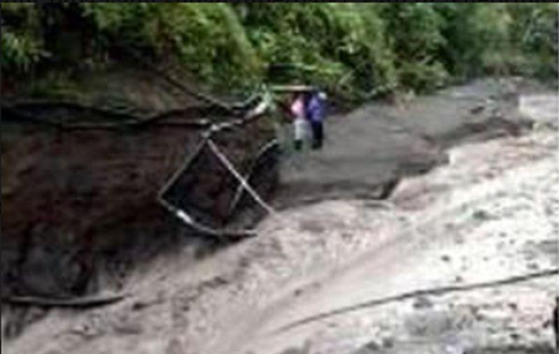 https: img.okezone.com content 2021 04 14 510 2394787 diterjang-hujan-lahar-pipa-jaringan-air-bersih-di-lereng-merapi-putus-2dnsrDt5sJ.jpg