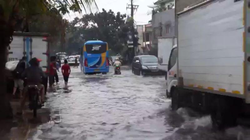 https: img.okezone.com content 2021 04 14 525 2394622 diguyur-hujan-2-jam-sejumlah-ruas-jalan-di-bandung-kebanjiran-Wt5xCkX4yN.jpg