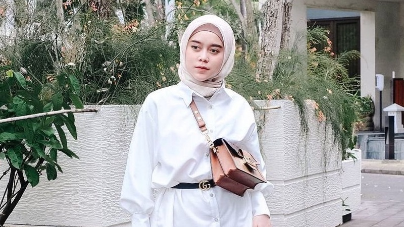 https: img.okezone.com content 2021 04 15 194 2395178 4-gaya-hijab-lesty-kejora-yang-fashionable-bisa-jadi-inspirasi-BdayqfL7dG.jpg