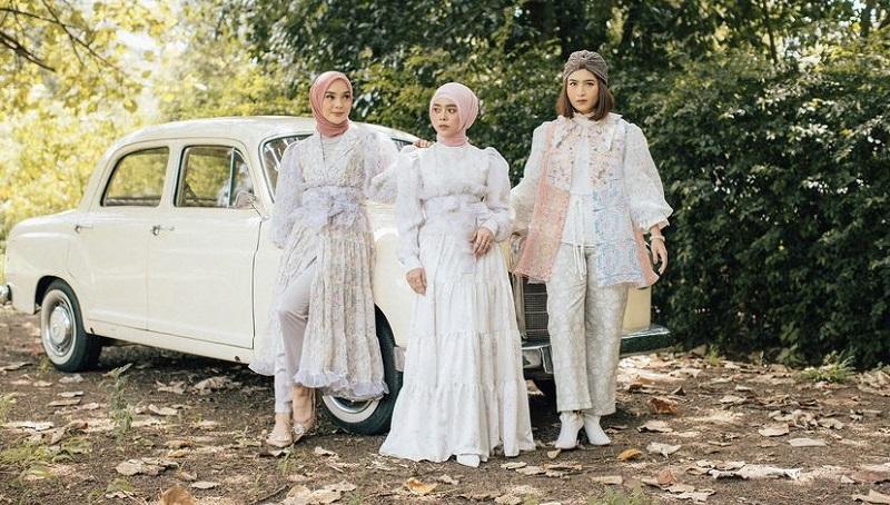 https: img.okezone.com content 2021 04 15 194 2395194 cantiknya-lesti-kejora-berbusana-dress-classic-vintage-inspirasi-untuk-baju-lebaran-DquOPTsliO.jpg