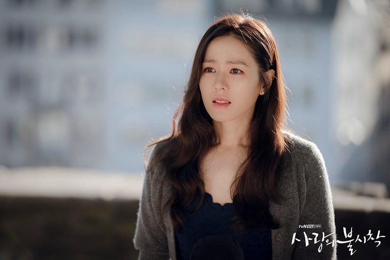 https: img.okezone.com content 2021 04 15 206 2395353 son-ye-jin-jadi-ahli-dermatologi-dalam-drama-39-pvCwzKCDcP.jpg