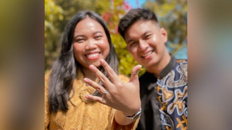https: img.okezone.com content 2021 04 15 33 2395374 gelar-pernikahan-sederhana-mumuk-gomez-pikirkan-kehidupan-usai-menikah-ROtUqHI2Pq.jpg