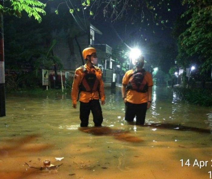 https: img.okezone.com content 2021 04 15 338 2394907 diguyur-hujan-perumahan-bumi-nasio-indah-kebanjiran-IHfVbikUlF.jpg
