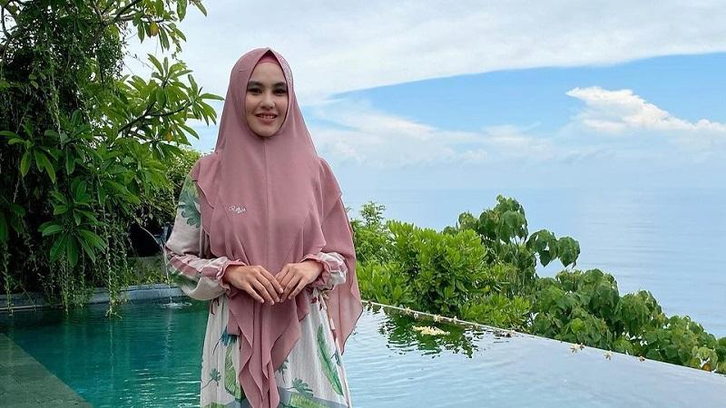 https: img.okezone.com content 2021 04 16 194 2395771 4-gaya-hijab-syari-kartika-putri-anggun-dan-cantik-rAf52GqqY7.jpg