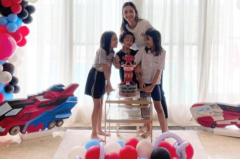https: img.okezone.com content 2021 04 16 33 2395885 ririn-dwi-ariyanti-unggah-foto-perayaan-ultah-anak-netizen-kok-papanya-enggak-ada-RTLyWg7NWm.jpg