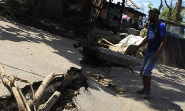 https: img.okezone.com content 2021 04 16 340 2396094 tangis-haru-warga-terdampak-banjir-bandang-ntt-usai-terima-bantuan-Mr8n9ZnC6x.jpg
