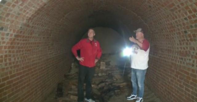 https: img.okezone.com content 2021 04 16 406 2395626 mengejutkan-pria-ini-temukan-terowongan-besar-abad-19-di-rumahnya-secara-tak-sengaja-l3BBM4pAXP.jpg