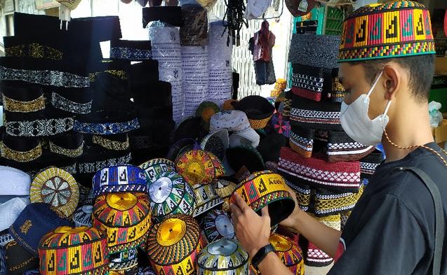 https: img.okezone.com content 2021 04 16 455 2395821 peci-khas-aceh-laris-manis-saat-ramadhan-omzet-pedagang-naik-100-wXPWG0iUeS.jpg