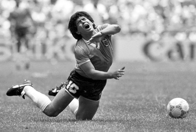 https: img.okezone.com content 2021 04 16 51 2395524 kenang-wafatnya-sang-legenda-seniman-asal-argentina-ini-lukis-wajah-diego-maradona-setiap-hari-xQuM9lu4qO.jpg