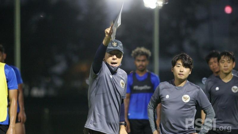 https: img.okezone.com content 2021 04 16 51 2395833 shin-tae-yong-kembali-ke-indonesia-akhir-april-2021-siapa-saja-pemain-yang-dipanggil-ke-timnas-Rd4wedEvbt.jpg