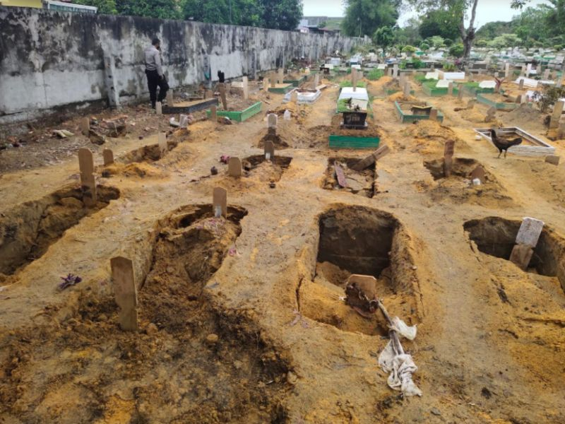 https: img.okezone.com content 2021 04 17 340 2396342 diguyur-hujan-belasan-kuburan-di-pekanbaru-amblas-lzzYWoA6v3.jpg