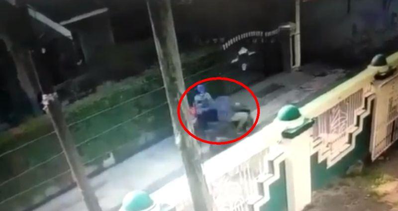 https: img.okezone.com content 2021 04 17 608 2396278 lagi-menunggu-suami-sholat-di-masjid-ponsel-ibu-ini-dijambret-wZC51IpKVp.jpg