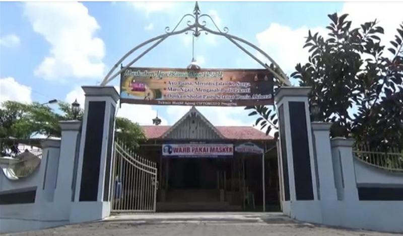 https: img.okezone.com content 2021 04 17 614 2396153 berusia-100-tahun-masjid-cipto-mulyo-masih-terawat-dan-dipenuhi-jamaah-NeS8QC1lKY.jpg