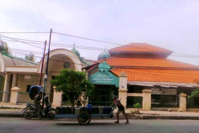 https: img.okezone.com content 2021 04 18 338 2396487 kisah-makam-habib-di-masjid-kampung-bandan-yang-membuat-tiang-penopang-jalan-layang-ambruk-4LGbWycGSg.jpg