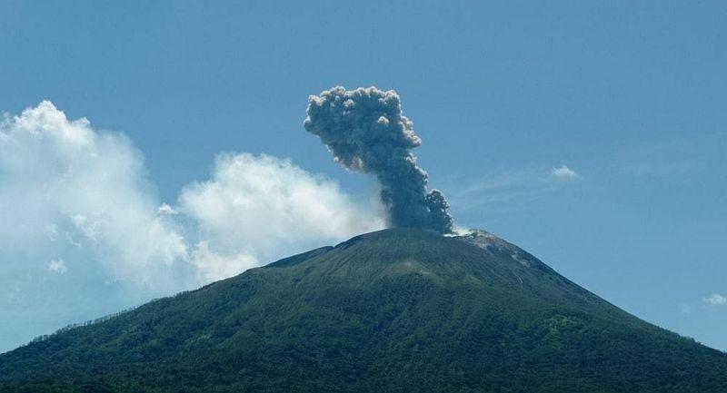 https: img.okezone.com content 2021 04 18 340 2396605 gunung-ili-lewolotok-semburkan-awan-panas-setinggi-1-500-meter-IJfOv6Q9eA.jpg