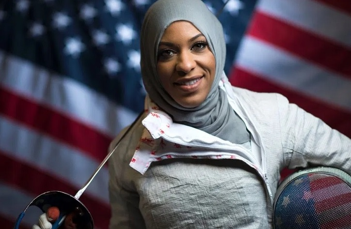 https: img.okezone.com content 2021 04 18 43 2396721 ibtihaj-muhammad-atlet-amerika-serikat-pertama-yang-kenakan-hijab-di-olimpiade-UbrgKjOZWQ.jpg