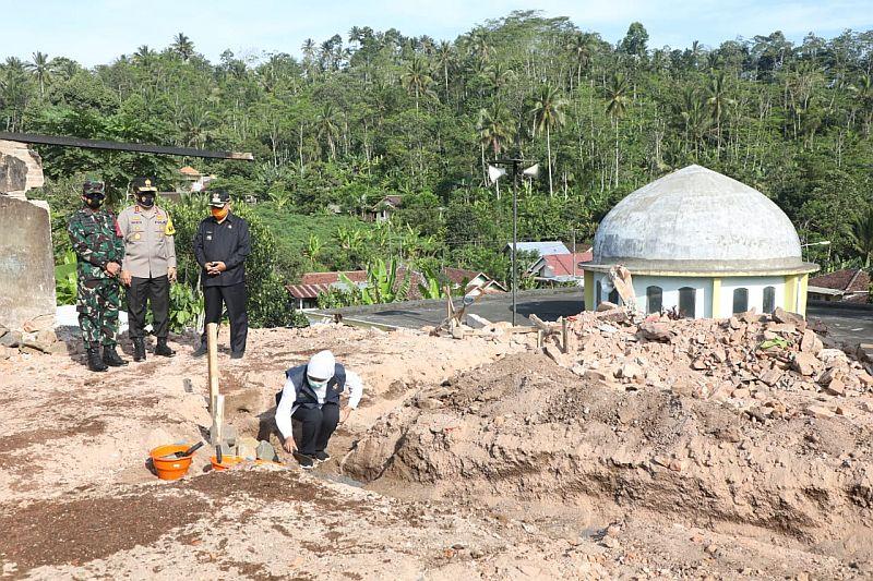 https: img.okezone.com content 2021 04 18 519 2396663 rumah-sementara-untuk-korban-bencana-gempa-malang-mulai-dibangun-F7rGKPjXEd.jpg