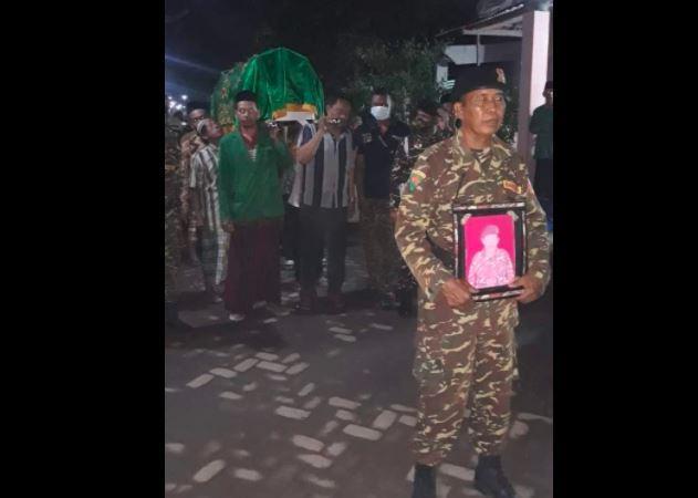https: img.okezone.com content 2021 04 18 519 2396713 anggota-banser-jombang-meninggal-dunia-saat-imami-sholat-tarawih-b7WcvHjFSw.jpg