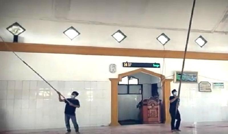 https: img.okezone.com content 2021 04 18 614 2396786 kisah-marbot-rela-keliling-bersihkan-50-masjid-hingga-mandi-keringat-8Jbp514l6K.jpg