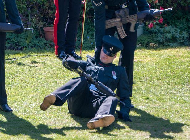 https: img.okezone.com content 2021 04 19 18 2397040 prajurit-tentara-jatuh-pingsan-saat-pemakaman-pangeran-philip-xE8Ukrsdpj.jpg