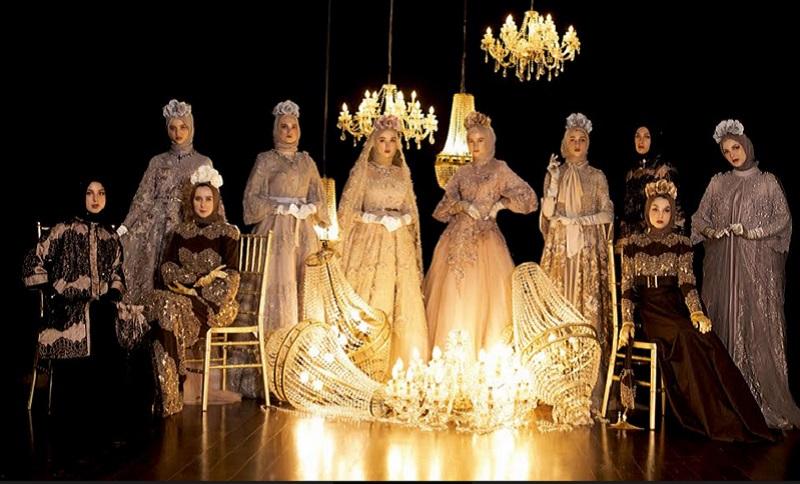 https: img.okezone.com content 2021 04 19 194 2397200 fashion-show-saat-ramadhan-ayu-dyah-andari-lahirkan-koleksi-bergaya-victorian-nan-mewah-JY5d4QKNLz.jpg