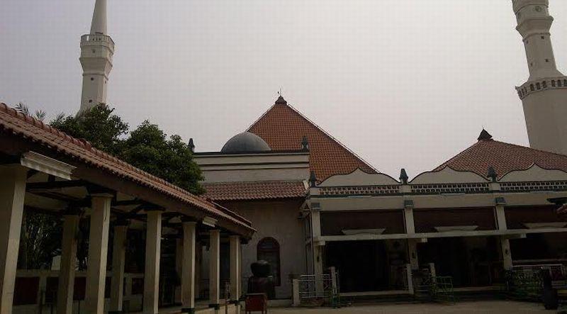 https: img.okezone.com content 2021 04 19 337 2396839 ziarah-ke-makam-makam-habib-di-dalam-masjid-tua-di-jakarta-AkeqNvgTjU.jpg