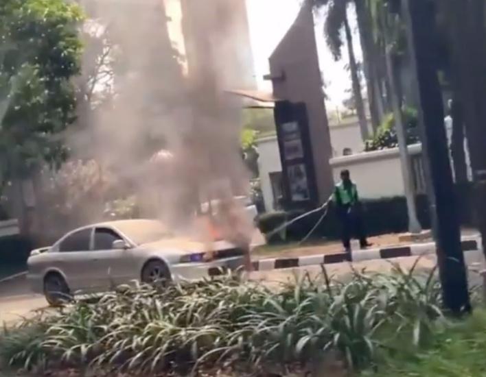 https: img.okezone.com content 2021 04 19 338 2397226 mobil-sedan-terbakar-di-jaksel-aksi-ojol-padamkan-api-sendirian-tuai-pujian-nqh8xo2ulc.jpg