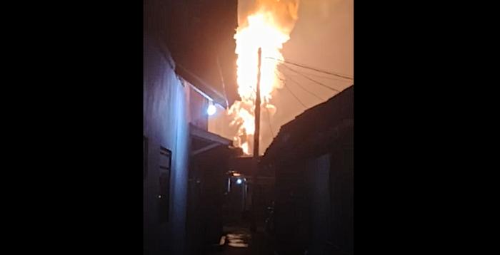 https: img.okezone.com content 2021 04 19 338 2397403 warga-cikarang-dihebohkan-semburan-api-ke-langit-xKj8j8zblQ.png