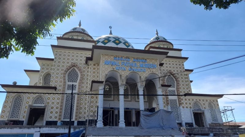 https: img.okezone.com content 2021 04 19 340 2396837 masjid-agung-awwal-fathul-mubien-saksi-bisu-penyebaran-islam-di-indonesia-timur-SMQ3oo7MdC.jpg